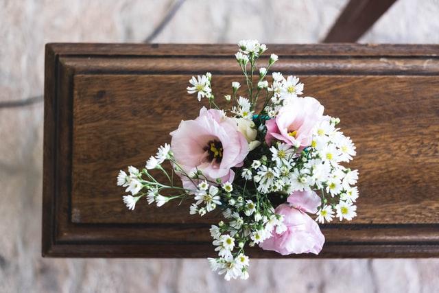 Hvad er forskellen på en begravelse og en bisættelse?